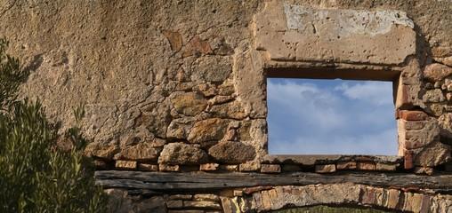 vecchio muro con finestrella sul cielo
