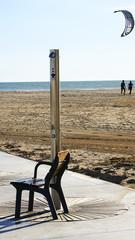 Ducha con silla en la playa de Castelldefels, Barcelona