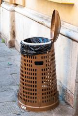Cestino della spazzatura aperto, riciclo