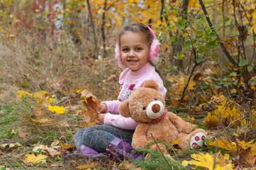 Ребенок на осеннем пикнике