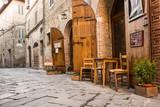 Tipico ristorante italiano nel vicolo storico - 72629924