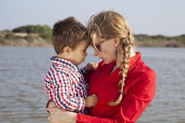 Madre regañando a su hijo pequeño