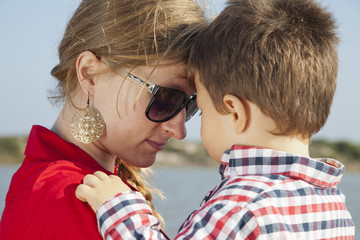 Momento de intimidad de madre con su hijo pequeño