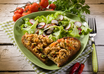 slice bread with chicken and mixed salad