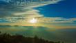 canvas print picture - Wunderschöne weiß blaue Wolken im Gebirge
