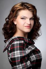 Портрет молодой брюнетки с волнистыми волосами