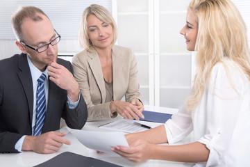 Business Meeting: Männer und Frauen im Büro