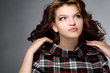 Портрет брюнетки с волнистыми волосами