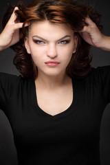 Портрет брюнетки на черном фоне