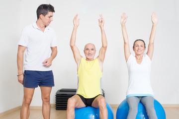 Senioren trainieren mit Coach