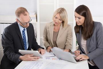 Berater und Controller sitzen am Tisch und beraten sich