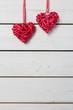 Rote Herzen auf weissem Holz