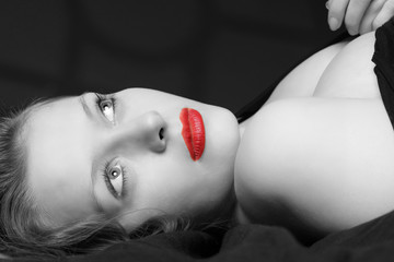 Junge Frau mit roten Lippen