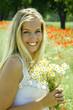 Junge Frau mit Kornblumen