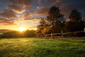Malowniczy krajobraz, ogrodzony ranczo w sunrise