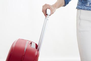 mano con maleta