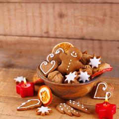 Lebkuchen, Nüsse, Zimtsterne zu Weihnachten
