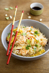 Rice noodles with shrimps, omelette and herbs