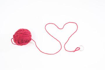 赤い毛糸で作ったハート