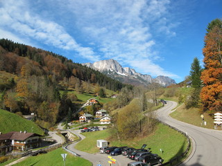kurvige bergstrasse in bayern