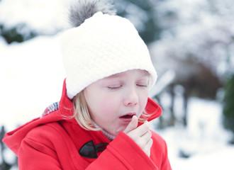 Mädchen mit Husten im Winter