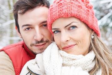 Lächelnes glückliches Paar im Winter