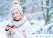 canvas print picture - Frau trinkt Tasse Tee im Winter im Schnee