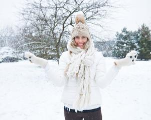 Frau steht im Schnee im Winter