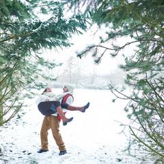 Paar im Winter hat Spaß im Schnee