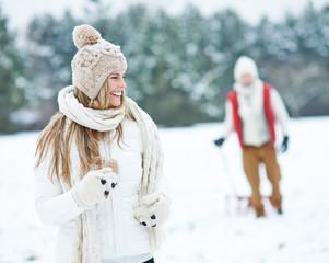 Frau läuft durch Schnee im Winter