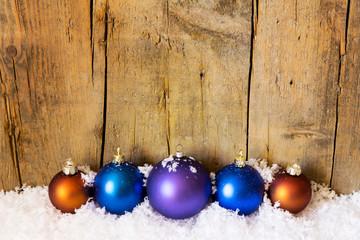 Weihnachten Hintergrund mit Christbaumkugeln und Schnee