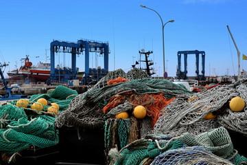 Filets et flotteurs sur le quai du port de Guilvinec.