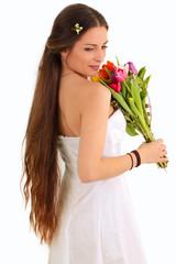 Eine glückliche Braut mit Blumenstrauß