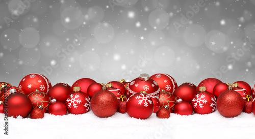 canvas print picture Rote Weihnachtskugeln im Schnee / Weihnachten