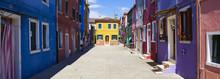 Vue panoramique de la rue colorée à Burano