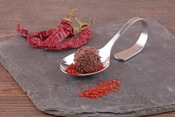 Praline auf Löffel mit Chili