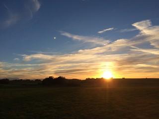 Sonne geht unter auf dem bayerischen Land