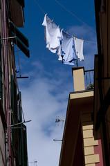 Chemises sur une corde à linge à Manarola - Italie