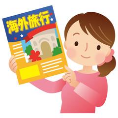旅行のパンフレットを持つ女性