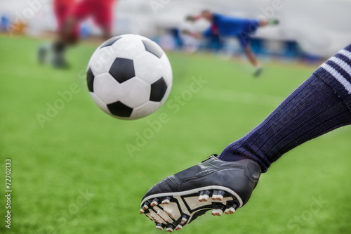 kick soccer ball - 72702133