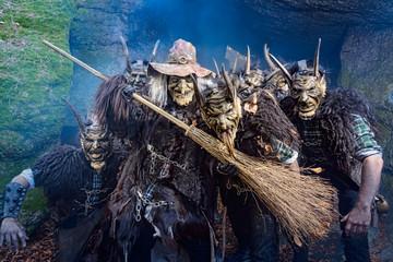 Kreuz Teufeln Gruppe mit Hexe
