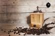 canvas print picture - Kaffeebohnen und antike Kaffeemühle vor Holzhintergrund