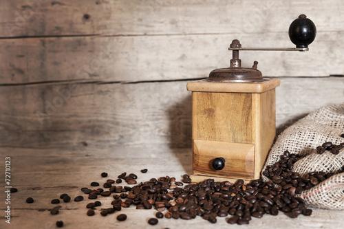 canvas print picture Kaffeebohnen und antike Kaffeemühle vor Holzhintergrund