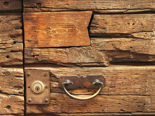 Maniglia su porta di legno