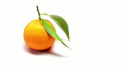 mandarino rotante su sfondo bianco