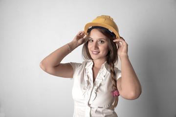 Junge Ingenieurin mit Helm