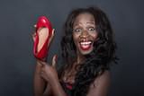 dunkelhäutige Frau liebt rotr schuhe