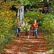 Kinderabenteuer im leuchtenden Herbstwald