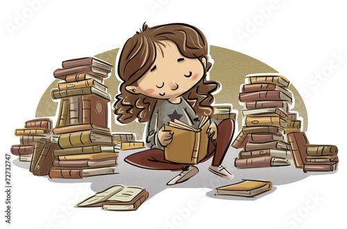 niña leyendo libros sentada - 72732747