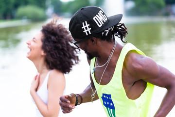 Afrikanisches Paar beim Jogging durch Innenstadt